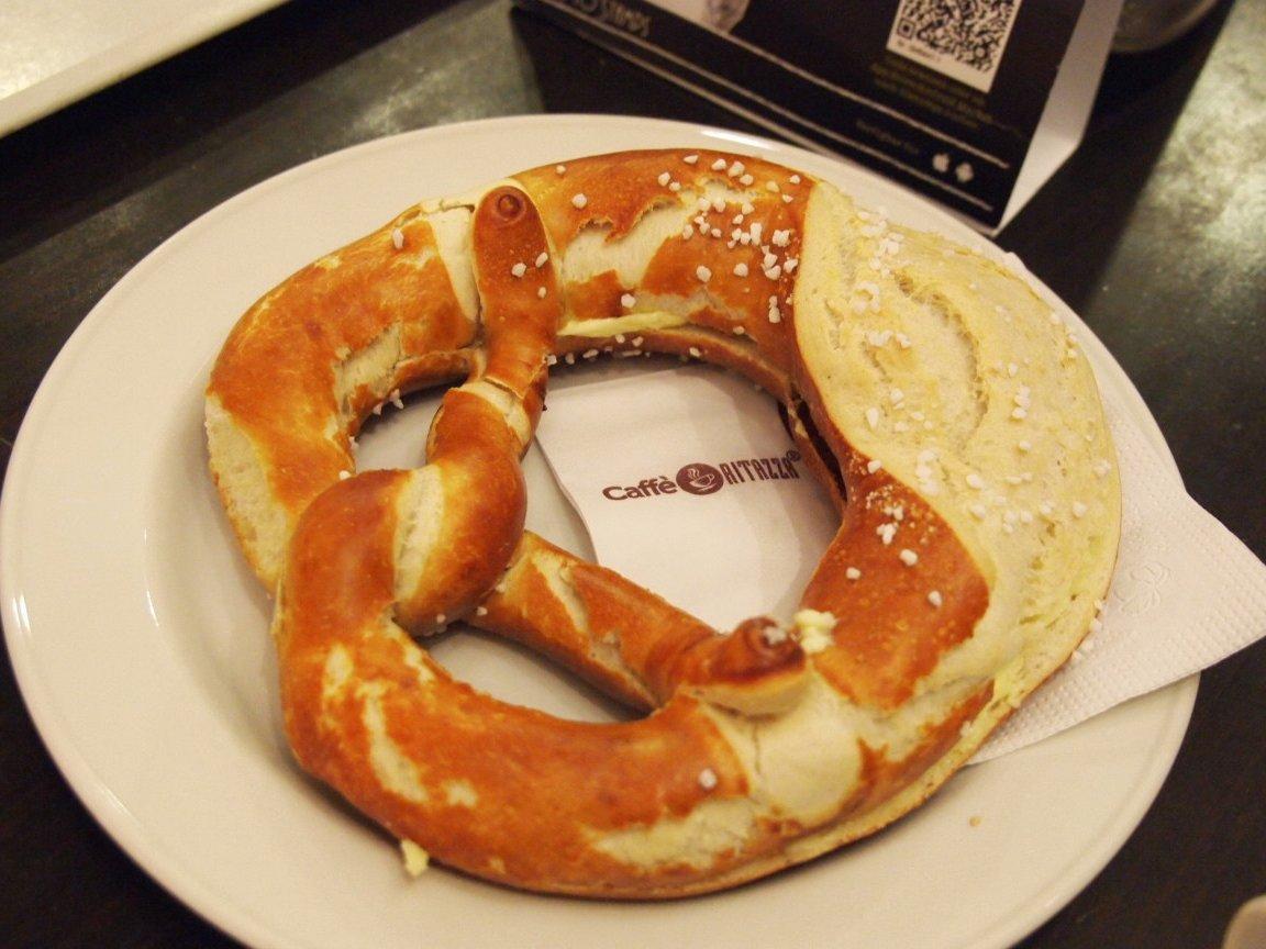 Được bày bán trong các hiệu bánh trên khắp nước Đức, pretzel (hoặc bretzel) là loại snack mặt ngon tuyệt hảo. Những chiếc bánh này mềm ở bên trong và giòn thơm bên ngoài, trái ngược với loại bánh có ở Mỹ.