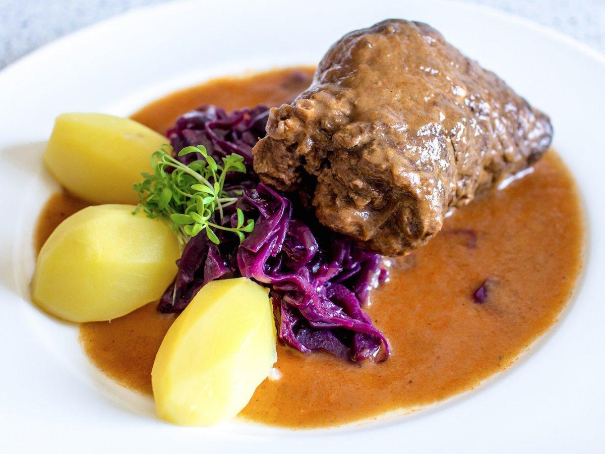 Một món ăn làm từ thịt bò phổ biến trên khắp nước Đức là rindsrouladen, gồm những miếng thịt bò mỏng được bọc bởi thịt lợn xông muối và hành, đôi khi có thêm dưa muối.Rotkohl (cải bắp đỏ om) cũng là một thành phần ăn kèm.