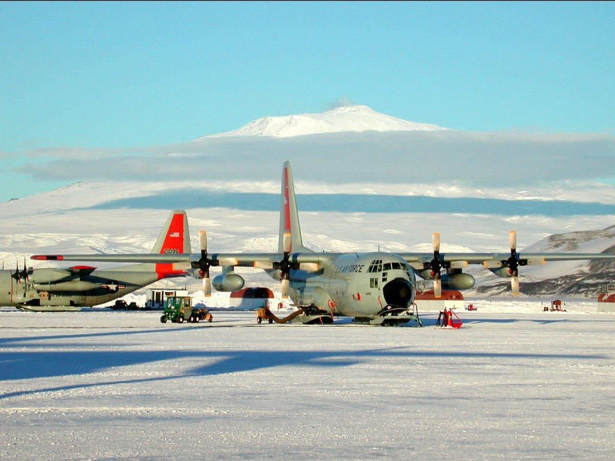 The Ice là đường băng nằm ngay ở Nam Cực và không hề lát gạch. Thực chất nó hoàn toàn là băng đá, và cũng có thể vỡ vì sức nặng của máy bay. Khi nhiệt độ tăng lên, băng tan thì đường băng cũng biến mất và máy bay không thể hạ cánh ở đây.