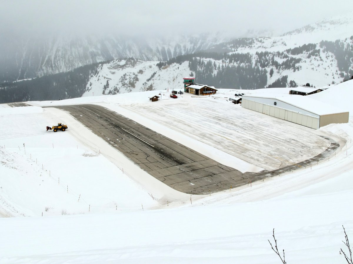 Ở Pháp đường băng của sân bay Courchevel chỉ dài khoảng 540 m, có độ dốc lớn. Ngoài ra, hướng chạy của máy bay sẽ tiến tới phía các núi đá ở cuối đường.