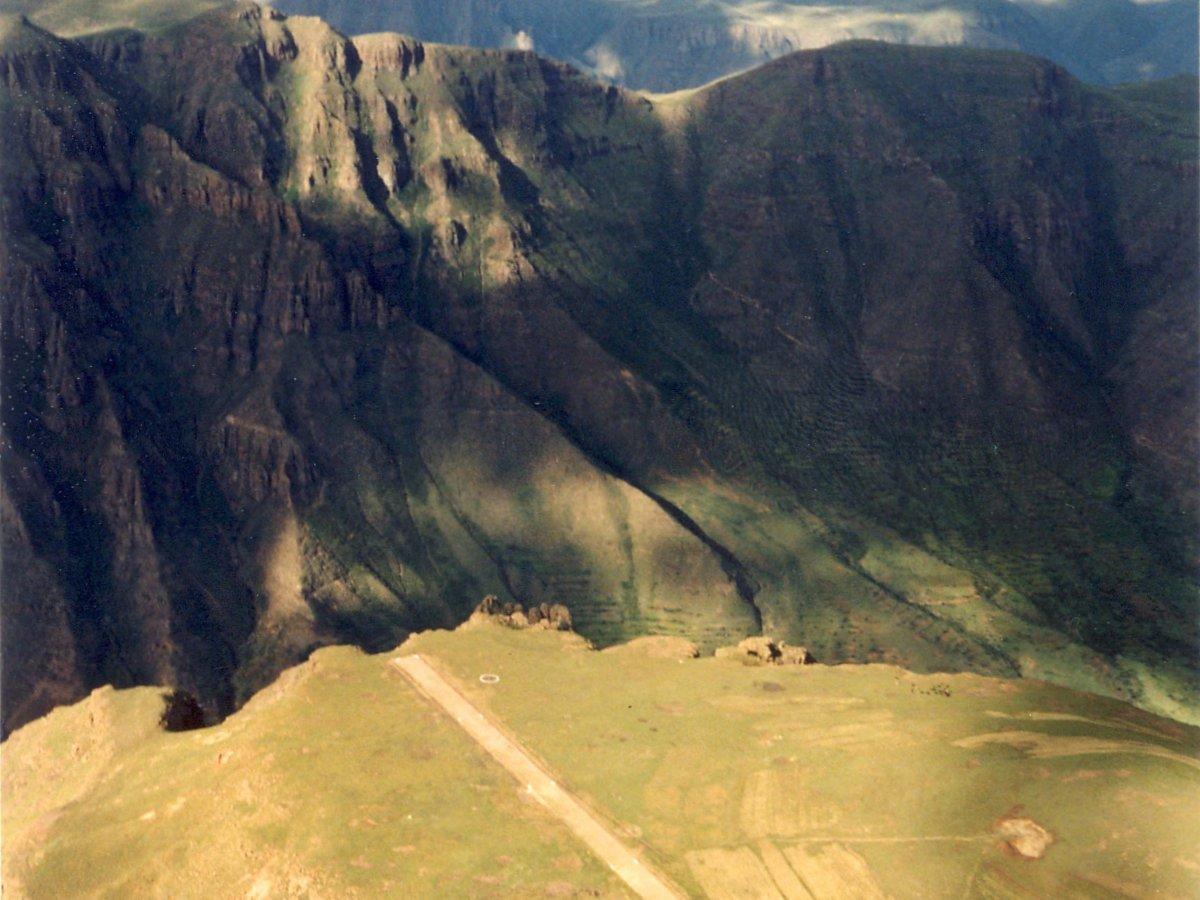 Đường băng ở Matekane Air Strip tại Lesotho, châu Phi dài chưa đến 400 m, nhưng máy bay phải hạ cánh từ độ cao 600 m. Xuất phát từ sân bay Lesotho giống như một chú chim bị đẩy ra khỏi tổ và bắt tập bay.
