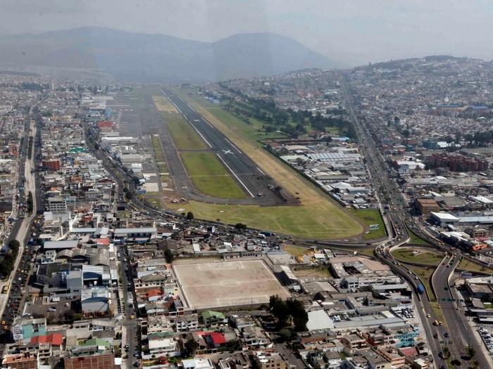 Ngoài việc phải bay qua một số ngọn núi lửa đang hoạt động để lên tới độ cao hơn 2.800 m của sân bay ở Quito, Ecuador, đây còn là một trong những đường băng thách thức nhất thế giới vì có khu dân cư đông đúc ngay gần đó. Từng có nhiều tai nạn do máy bay gây ra vì chạy trật đường băng.