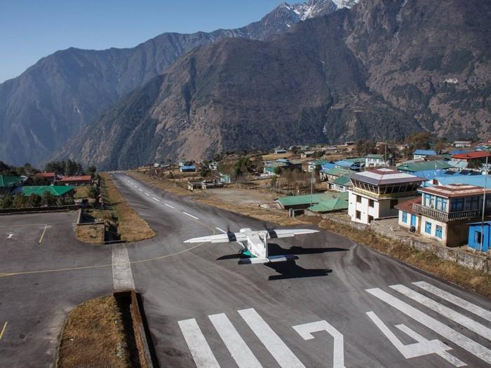 Sân bay Tenzing-Hillary ở Lukla, Nepal, có đường băng nằm ở độ cao hơn 2.800 m, kết thúc ở phía dãy Himalaya mà không được vây qunah bằng hàng rào nào cả.