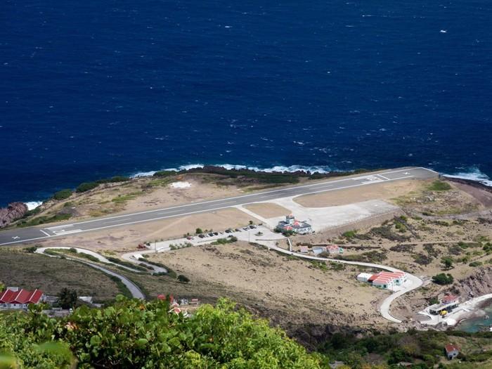 Nằm ở dãy núi nổi tiếng là nhiều gió, sân bay Juancho E.Yrausquin trên đảo Saba, thuộc vùng biển Caribbean khiến việc hạ cánh nguy hiểm.