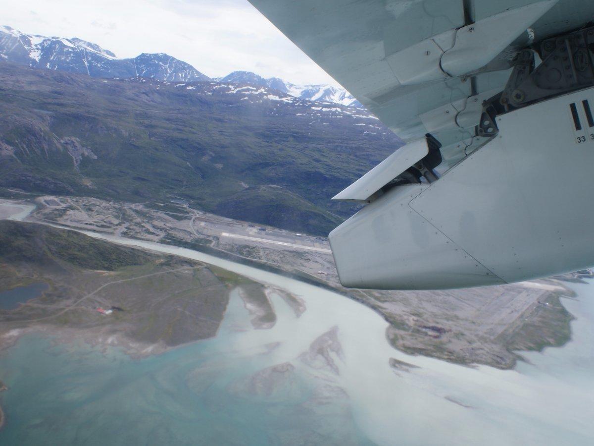 Bao quanh là các vịnh hẹp, sân bay Narsarsuaq ở Greenland luôn ngập gió nên những lần hạ cánh, cất cánh ở đây chỉ được thực hiện vào ban ngày.