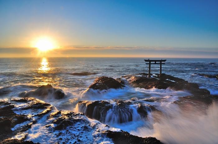 Ngoài ra, Ibaraki còn nổi tiếng với cổng Torii nằm trên bãi đá giữa biển, trước đền Oarai Isosaki. Khi thủy triều lên, nước tràn qua bãi đá, cổng thần đạo như nằm giữa biển cả mênh mông. Đây cũng là nơi đón bình minh và hoàng hôn nổi tiếng bậc nhất ở Nhật Bản.