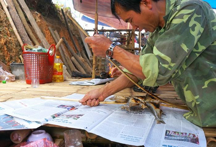 Bác Lâm, 54 tuổi cho biết: Sáng sớm, cả nhà 4 người, mỗi người một việc, làm cá, dựng lều và nướng thì mới phục kịp phục vụ hết nhu cầu của khách