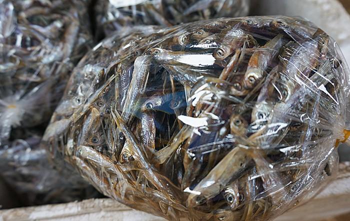 Cá khô nước ngọt khác nhiều so với cá khô biển. Người Mường ở Hòa Bình không ướp cá bằng muối nên khi chế biến cá khô có thể nướng để nhậu hoặc kho, rán tùy khẩu vị.Cá đánh bắt tại chỗ và phục vụ du khách có thể ăn luôn và mang về.