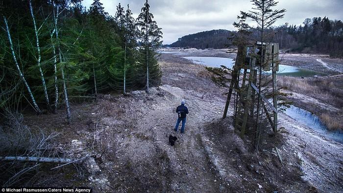 Một bức ảnh tự chụp bản thân bằng máy drone khi Michael đi cùng chó cưng Loki - người bạn đường thân thiết của anh.