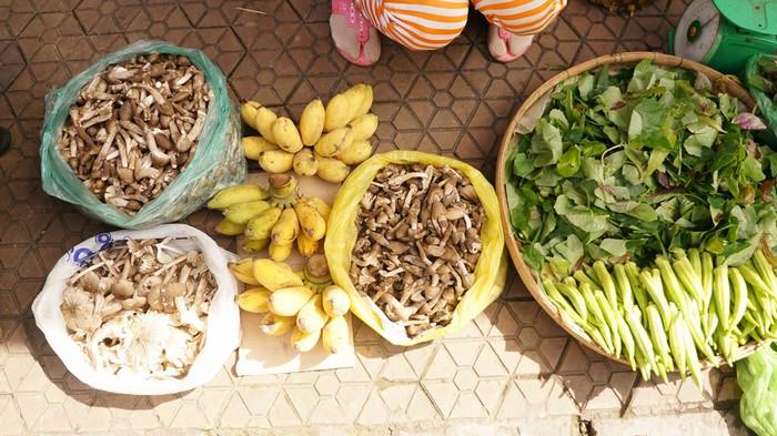 Một trong những địa phương được thiên nhiên ưu đãi có lượng nấm mối nhiều nhất là Bến Tre. Tại tỉnh này, vào mùa nấm mối, khách du lịch có thể tìm thấy ở hầu hết chợ lớn nhỏ. Nấm mối cũng được chế biến ở các quán ăn, nhà hàng hay hàng quán lề đường có món bánh xèo đổ nấm mối nổi tiếng.