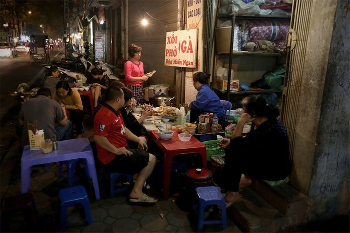 Dù là quán ven đường vẫn hút khách trong đêm khuya