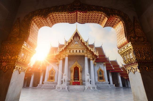 2. Một ngôi chùa tại Bangkok, Thái Lan trang nghiêm, thần thánh dưới ánh mặt trời. Đi dạo trong khuôn viên yên tĩnh này thực sự khiến ta có cảm giác như tâm linh được gột rửa.