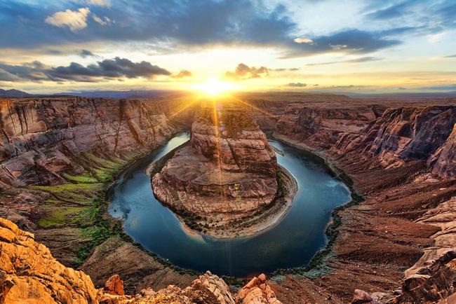 4. Hồ nước tại tiểu bang Arizona, Mỹ đẹp trang nghiêm dưới những tia nắng chiếu rọi thẳng xuống mặt nước xanh thẳm.