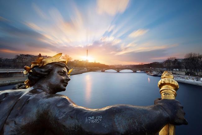 5. Bên bờ sông Seine êm đềm là thành phố Paris hoa lệ đang ngập tràn những cuộn mây rực rỡ.