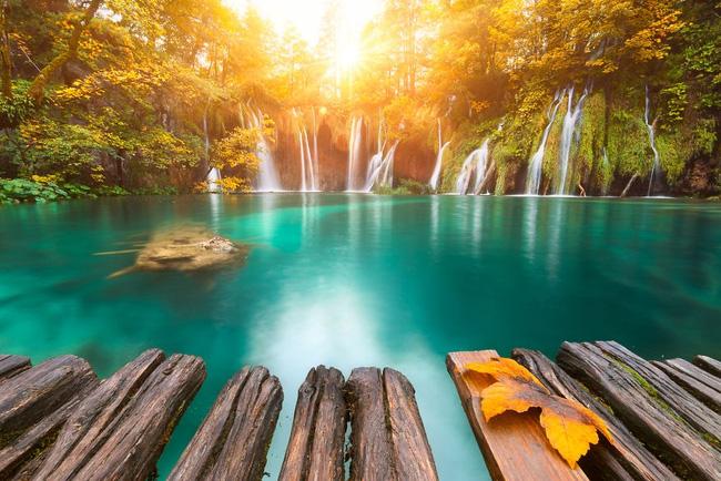 6. Vườn quốc gia Hồ Plitvice - Croatia đẹp đến không tưởng dưới ánh bình minh. Khung cảnh huyền ảo này khiến ta liên tưởng tới vùng đất tộc Tiên trong Chúa tể những chiếc nhẫn