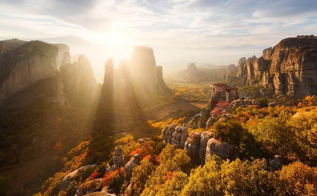 7. Quần thể tu viện Meteora trên núi đá sa thạch tại Kalambaka, Hy Lạp là tòa kiến trúc lơ lửng giữa không trung. Khi ánh nắng rọi qua, núi đá và rừng cây như khoác lên mình vẻ đẹp thanh khiết.