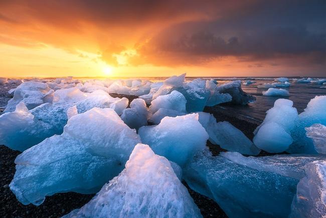 8. Đối lập với không khí lạnh lẽo tại vùng đất băng trôi Iceland là màu vàng ấm áp của ánh mặt trời.
