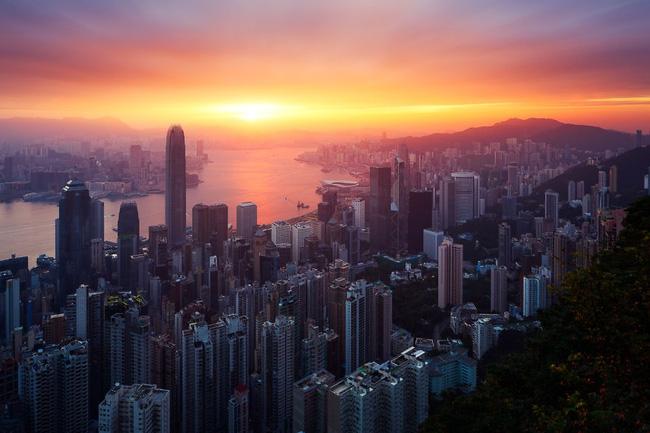 9. Dù đẹp đến mấy, vào thời khắc chuyển giao giữa ngày và đêm, rừng cao ốc Hồng Kông vẫn phải nhường chỗ cho làn sương mờ ảo và thảm ánh sáng chói lóa phía xa chân trời.