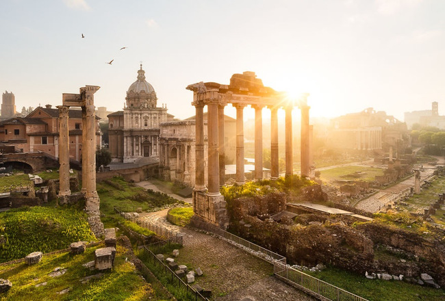 . Di tích cổ tại Roma, Ý dưới ánh bình minh mang vẻ trầm tĩnh như một người đàn ông đã bước sang tuổi trung niên. Sự cổ kính nơi đây không khiến khung cảnh ủ rũ, mục nát mà vẫn tràn ngập sự kiên cường sau khi đã trải qua sóng gió.