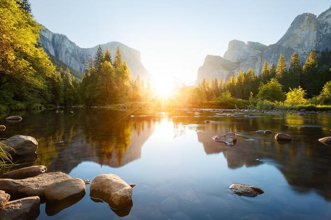 12. Dưới ánh mặt trời, Vườn quốc gia Yosemite, bang California, Mỹ trở nên sáng bừng và trong vắt.