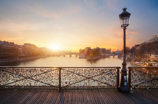 13. Cầu tình yêu Pont des Arts tại trung tâm thủ đô Paris, Pháp ngọt ngào trong buổi nắng sớm. Dường như thành phố lãng mạn hàng đầu thế giới này vẫn chưa thức tỉnh sau giấc ngủ đêm.