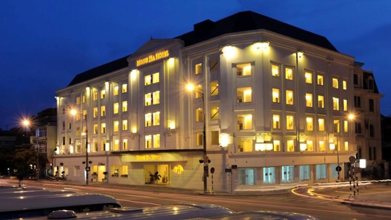 Hồng Hà Hotel nổi bật trong đêm