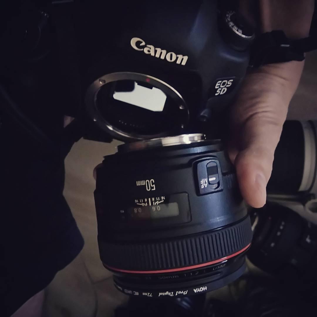 Thông thường, những nhiếp ảnh gia sẽ có hơn một chiếc ống kính để lựa chọn mang đi cùng mình