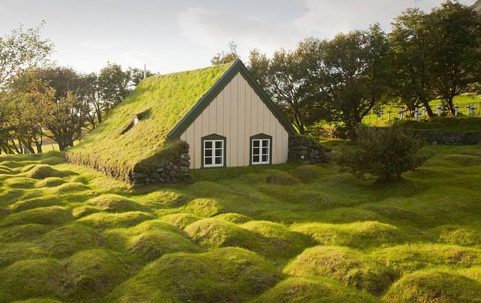 Công trình bao phủ bởi cỏ tuyệt đẹp này thuộc về một nhà thờ nhỏ ở khu vực Oaefi, Iceland, được xây dựng vào năm 1884. Nhiều du khách đã miêu tả, nơi đây thậm chí còn đẹp hơn cả cổ tích.