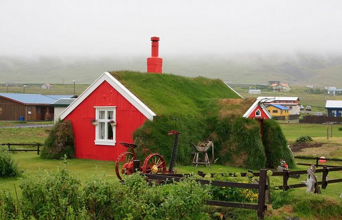 Ngôi nhà Lindarbakki này nằm tại ngôi làng Bakkagerdi, trên bờ biển phía đông của Iceland. Nó thu hút du khách bởi màu sắc nổi bật của ngôi nhà và những mảnh vườn xinh đẹp bên cạnh.