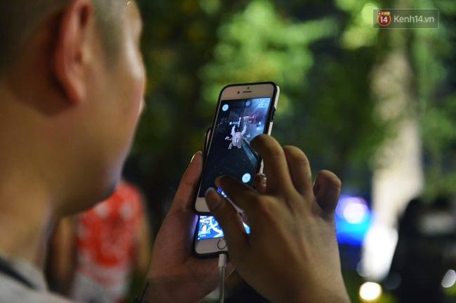 Chỉ cần thấy Pokemon xuất hiện là những người này cầm điện thoại lao theo để bắt