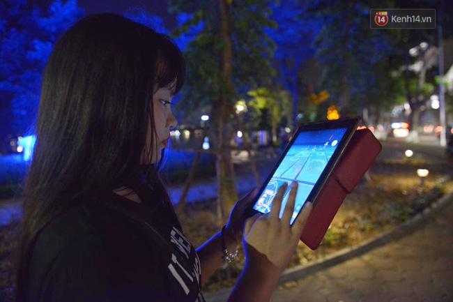 Khoảng gần 12h, Nguyễn Thị Thu Hà, quản trị page Pokemon Go Việt Nam có nhiệm vụ đi chụp các điểm Pokestop (điểm tập trung nhiều pokemon) để cập nhật cho các thành viên.