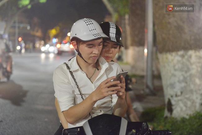 Thay vì đi đâu hẹn hò thì chơi pokemon trở thành lựa chọn mới của nhiều cặp đôi