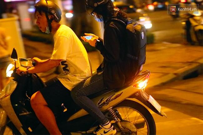 Dù đang di chuyển bằng xe máy nhưng bạn nữ này vẫn không quên dò tìm vị trí các Pokemon