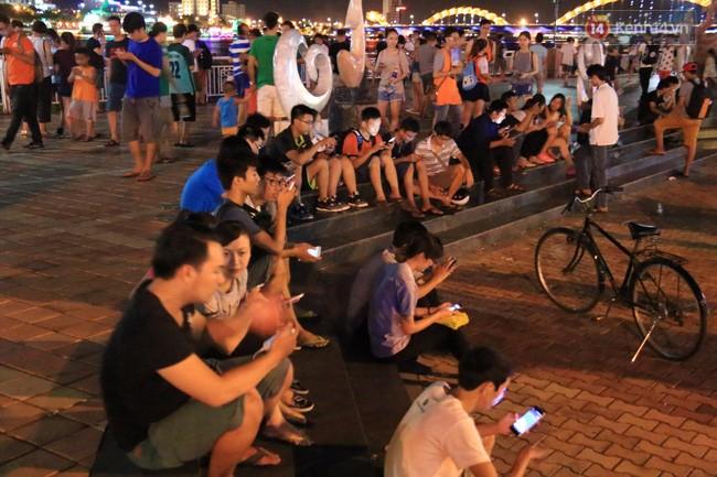 Tối ngày 9/8, hàng trăm người tập trung tại công viên dọc bờ sông Hàn để bắt Pokemon