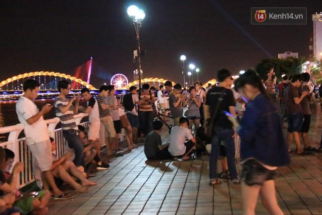 Theo ghi nhận, đến hơn 22 giờ khuya nhưng dọc khu vực bờ sông Hàn vẫn còn nhiều người dán mắt vào điện thoại để đi tìm bắt Pokemon