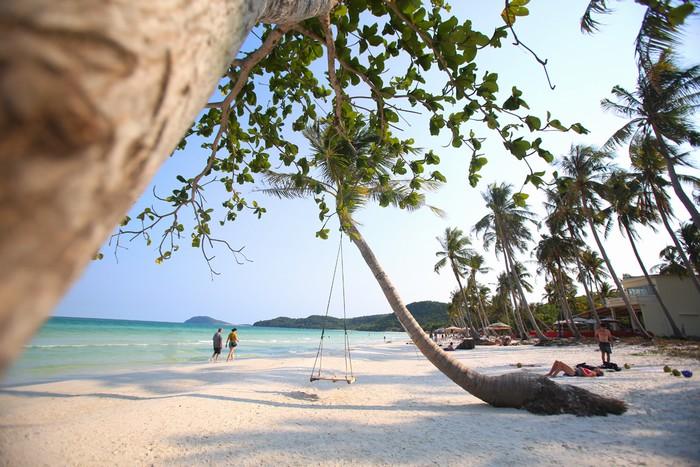 Bãi biển Bãi Sao dài 7 km, hình lưỡi liềm được giới hạn bởi những mũi đá nhô ra biển. Tháng 6, độc giảCnTravelerđã bình chọn nơi này vào danh sách 10 bãi biển hoang sơ và yên tĩnh nhất thế giới.