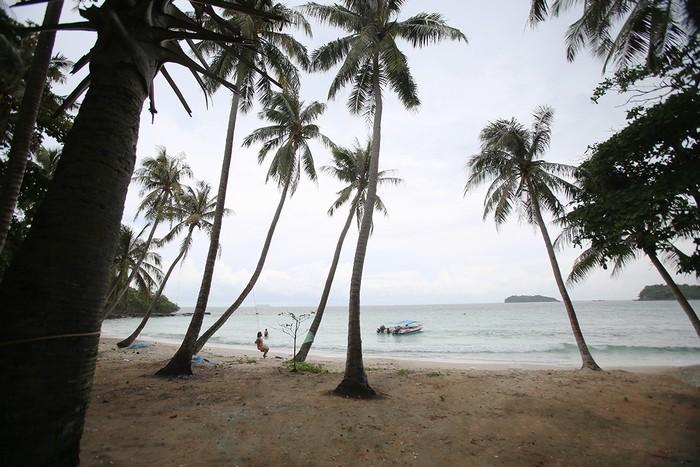 Hòn Mây Rút cách hòn Móng Tay 10 phút đi ca nô, cách thị trấn An Thới hơn 10 km về phía tây nam. Đi từ Bãi Sao, khách thuê ca nô giá trung bình 500.000 đồng một người (chở 6 người), đi tàu gỗ chỉ 50.000 đồng một vé.