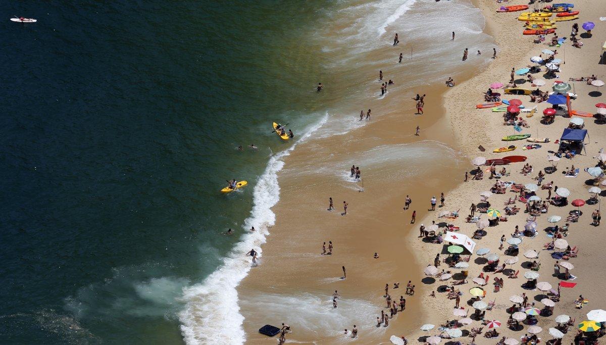 Du khách đi biển luôn chờ các con sóng ở bãi biển Vermelha để trải nghiệm lướt sóng - bộ môn thể thao dưới nước được nhiều người yêu thích.