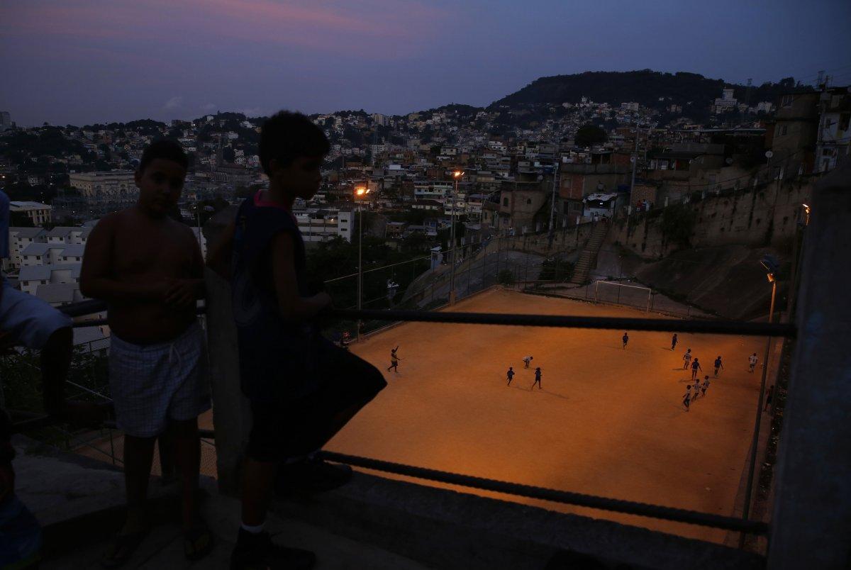 Các môn thể thao là một phần quan trọng trong đời sống ở Rio de Janeiro. Vì thế du khách có thể bắt gặp các sân bóng ở khắp nơi trong thành phố.