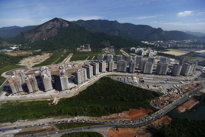 Khu làng vận động viên nằm ở phía tây thành phố Rio de Janeiro, trong khu Barra de Tijuca.