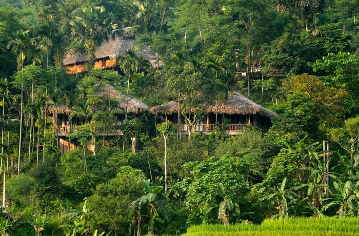 Pù Luông Retreat là cái tên được du khách nhắc đến nhiều nhất trong thời gian gần đây khi có nhu cầu khám phá, nghỉ dưỡng giữa núi rừng Thanh Hóa. Khu nghỉ nằm trong khu bảo tồn thiên nhiên Pù Luông, cách Hà Nội khoảng 180 km.
