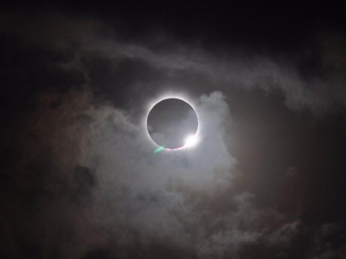 Khi xảy nhật thực, người dân Ấn Độ không ra khỏi nhà vì họ tin rằng, thời điểm này các tia mặt trời rất độc hại. Các tờ báo địa phương thường tuyên truyền về hiện tượng này với người dân.