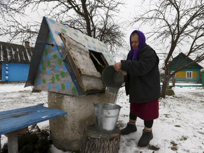 Tại Serbia, nhiều du khách ngạc nhiên khi thấy người dân hất nước vào phía sau mình. Theo truyền thống địa phương, đây là hành động mang lại sự may mắn.