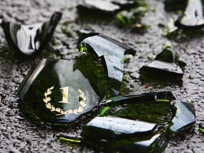 Tại Nhật, nếu ai đó vô tình làm vỡ một chai, lọ thủy tinh, họ sẽ rất vui mừng, bởi đây là điềm báo cho sự may mắn. Nhưng nếu cố tình làm vỡ đồ, bạn sẽ bị coi là kẻ ngốc nghếch.