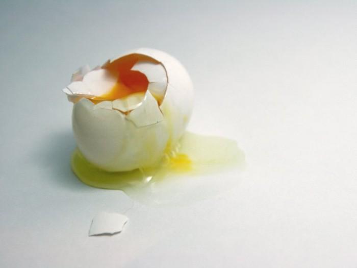 Ở Bolivia, việc chà trứng lên cơ thể của một người bị mắt quỷ ám, rồi đập quả trứng vào cốc nước đặt dưới gầm giường sẽ khiến họ thoát khỏi ảnh hưởng của tà ác này.