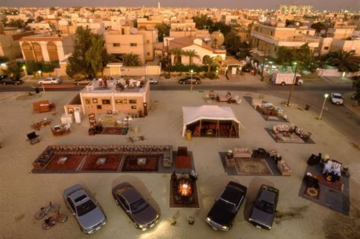 Gia đìnhAbdullasốngtrong một ngôi nhàcótầng hầm ởthành phốKuwait.Gia đình nàycũngsở hữu bốnchiếc xevàmộtghế sofalớn.Và Menzel nhấn mạnh, đây chỉ là một gia đình trung lưu ở Kuwait.