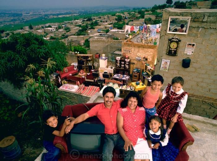 CastilloBalderas chụp cùng gia đình hạnh phúc của mình ở Guadalajara, Mexico bên cạnh mọi vật dụng.