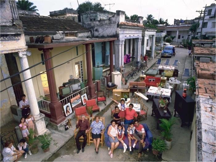 Ba thế hệ của gia đình nhà Costa chụp ảnh cùng đồ đạc bên ngoài căn nhà họ đang sống trên một con phố ở thủ đô La Havana, Cuba.