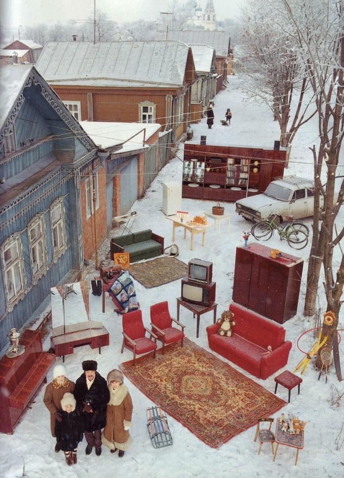 Gia đình 4 người nhàKapralov(bố mẹ cùng hai cô con gái) đangđứng bên ngoàinhà của họ ởSuzdal, Ngavới tất cảtài sản của họ.