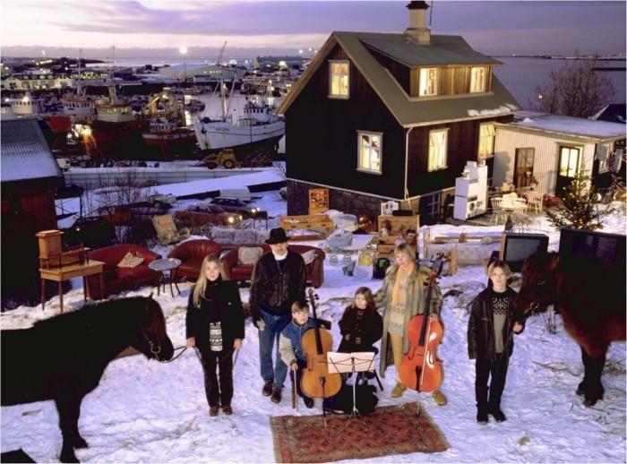 Nơi gia đìnhThoroddsensống nhìn ra bến cảng ởHafnarfjordur, gầnReykjavik, Iceland.